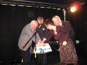 Four Magma editors cut the cake - David Boll, Tim Robertson, Jacqueline Saphra and Laurie Smith